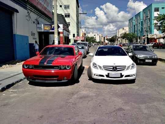 Dodge Challenger e Mercedes E350 Coupé