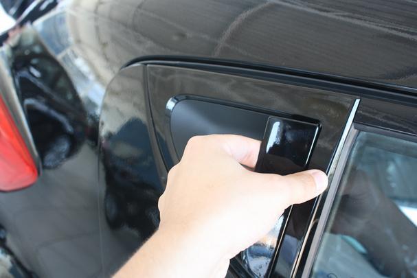 Ma�aneta de abertura da porta traseira lembra a do Peugeot 206 e 207 SW
