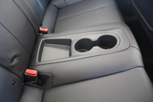 Porta copos no centro do banco traseiro lembra que o carro comporta quatro pessoas