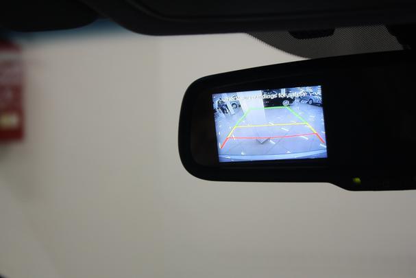 Estacionar fica mais fácil com o auxílio da câmera de ré, com imagens reproduzidas no retrovisor interno