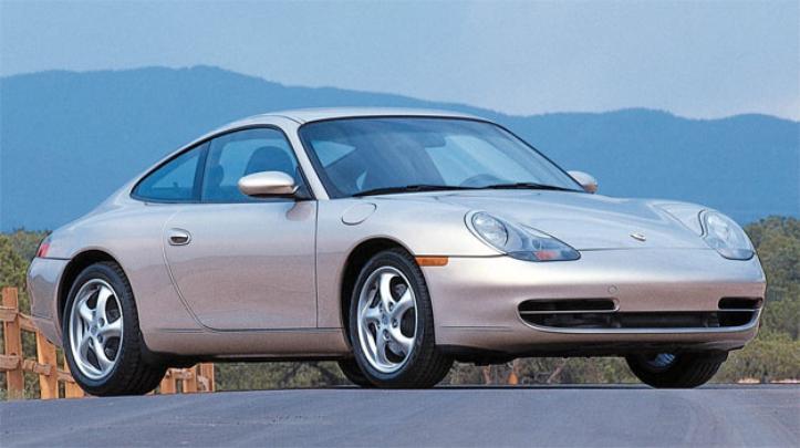 O 996, de 1997, é totalmente novo, com faróis 'ovo estalado', mas o motor a água foi o grande salto