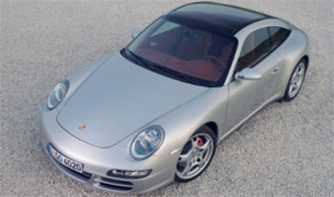 Em 2005, o 997 voltou aos faróis inclinados abandonados e investiu na onda retrô até no painel reto