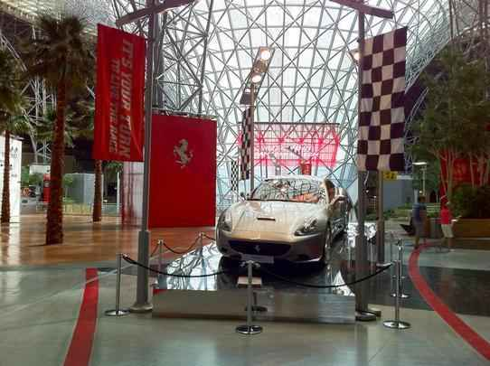 Ferrari California exposta na entrada do parque