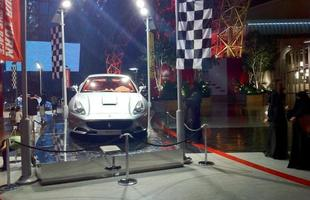 Mulheres árabes tiram foto da Ferrari California