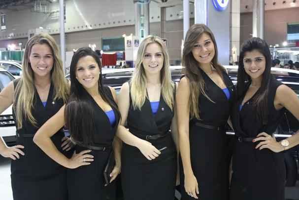 Garotas acompanham as máquinas na Bienal