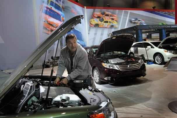 Funcionário preparando um Toyota Avalon para a abertura do Salão de Chicago