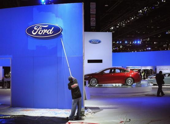 Preparação do estande da Ford