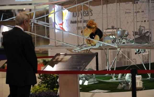 Visitante do Singapore Airshow conhece a réplica do Bristol Boxkite