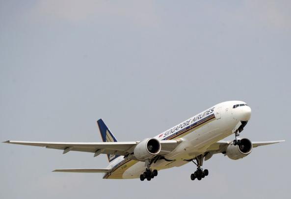 Jatos da Singapore Airlines sobrevoam a feira de aviação