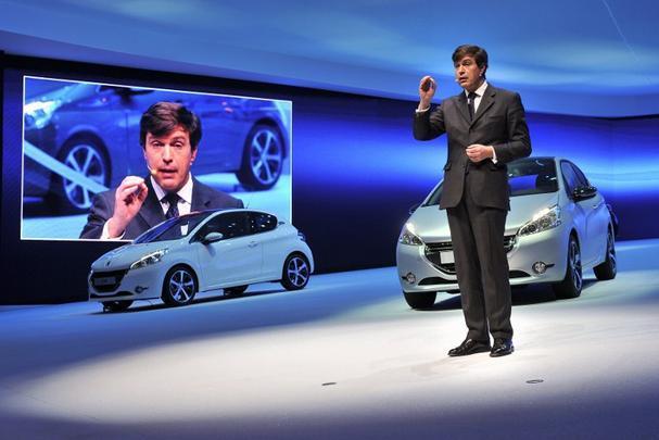 O diretor geral da Peugeot, Vincent Rambaud, mostra o compacto 208