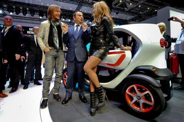 O presidente da Renault, Carlos Ghosn, brinca com David Guetta após apresentação do  Twizy