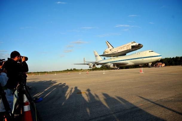 Nas costas de um 747, Discovery pousa pela última vez