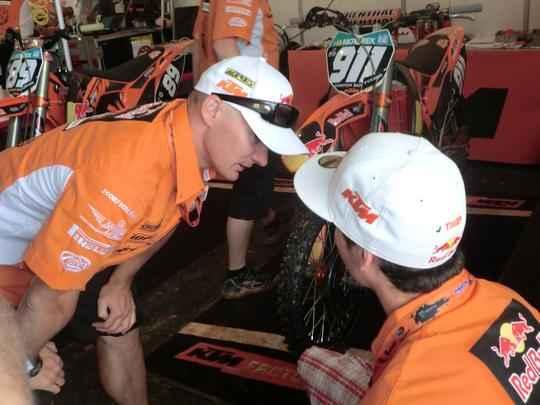 Stefan Everts, ex campeÆo e chefe da KTM, instrui seu piloto Jordi Tixier