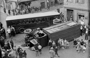 Esta foto do mesmo acidente mostra crianças ansiosas ao lado do caminhão, que por pouco não atingiu o prédio