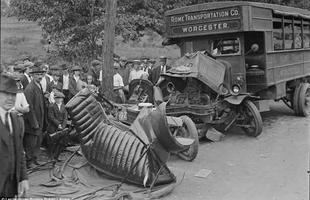 Dois empresários ficaram feridos quando o carro em que estavam colidiu com um ônibus em Waltham, Massachusetts em 1921