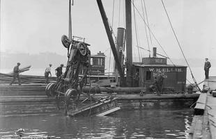 Um caminhão da Shell é retirado do rio Charles depois que caiu da Ponte Harvard
