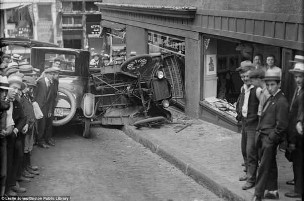 Carro perde o controle e bate em vitrine de loja