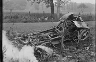 As crianças atrás da vegetação rasteira observam o trabalho do fotógrafo Leslie Jones capturando um grave acidente ao lado da estrada