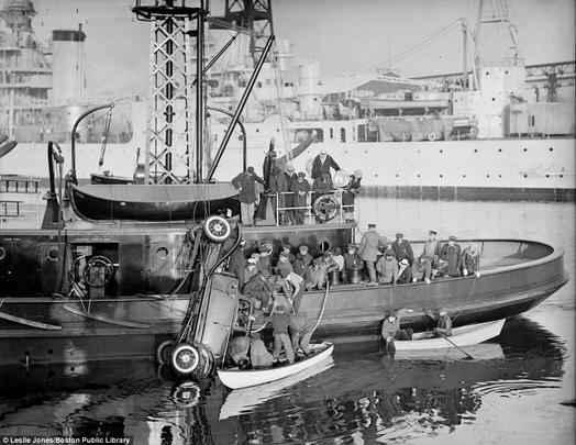 Barco dos Bombeiros retiram o carro de um rio, mas não conseguem salvar os três ocupantes, que morreram afogados