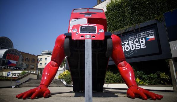 O ônibus de dois andares que faz push-ups em honra aos Jogos Olímpicos