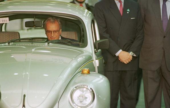 1993 - Como presidente, Itamar Franco negocia com a Volkswagen e ressuscita o Fusca. Nesse ano, assinou o protocolo do carro popular
