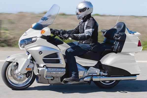 Honda GL 1800 Gold Wing 2012 -  Equipada com motor de seis cilindros boxer, a grandalhona ganhou modernizações no visual, muita eletrônica e sistema de airbag e duplo CBS e ABS. Vendas neste mês