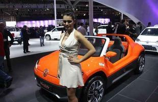 Modelo ao lado do conceito Volkswagen Buggy - baseado no Up