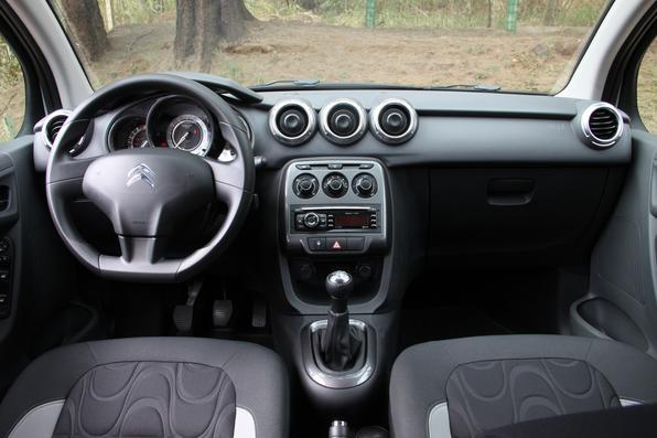 Vrum testa o Citroën C3 Exclusive 1.6 (vermelho)  x Citroën C3 Tendance 1.5 (branco)