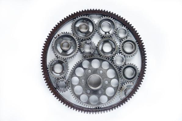 Intitulado de Rapas, o trabalho aproveita motores, pistões, válvulas, molas, engrenagens e outros elementos para conceber uma linha de mobiliário e adornos, no mínimo, inusitada