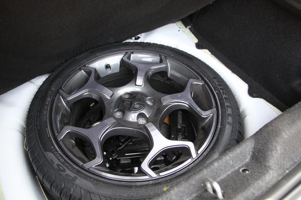 O Fiat Punto mantém as características de esportivo, com a suspensão rebaixada, rodas grandes, pneus de perfil baixo, pinças de freio vermelhas e motor turbinado