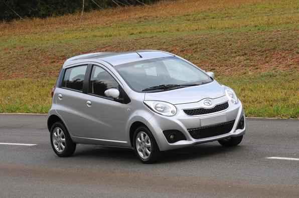 J2 chega às revendas completo, como é tradição das marcas chinesas (ar-condicionado, direção elétrica, trio elétrico, airbag duplo, freios ABS, som com Mp3, entre os principais equipamentos)