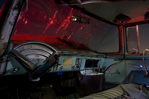 Interior de um Mercury 1955 com parabrisa cravejado por balas - Troy Paiva registra imagens noturnas no Velho Oeste dos EUA