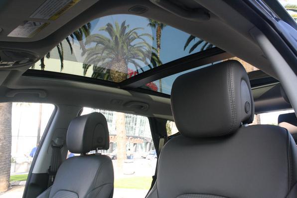 Os opcionais disponíveis nos Estados Unidos incluem teto solar panorâmico, central multimídia com tela central de oito polegadas sensível ao toque e câmera de ré