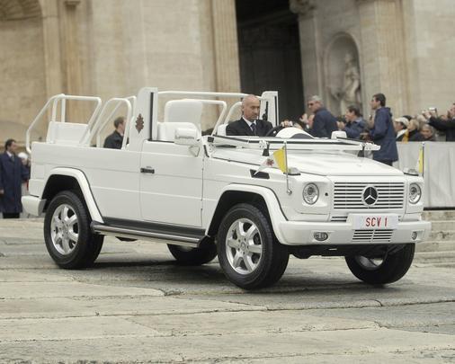 Mercedes-Benz G 500 Papamovel, usado por João Paulo II e Bento XVI em aparições na Praça de São Pedro