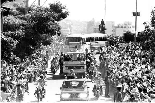 João Paulo II a bordo do Papamóvel feito para sua visita ao Brasil, em 1980