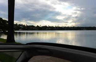 Projetada por Oscar Niemeyer, a lagoa da Pampulha já foi área de lazer, sendo frequentada por banhistas, esportistas e famílias, até os anos 1980, quando a lagoa começou a ser poluída pelos córregos e fábricas do seu entorno. Em 2001, começou o trabalho de despoluição da lagoa e dos córregos Ressaca e Sarandi