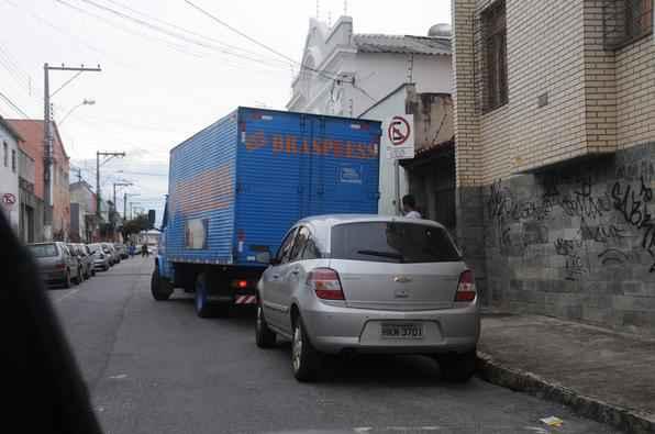 Carro estaciona em vaga de carga e descarga, na rua Salinas enquanto caminhao tenta estacionar em vaga
