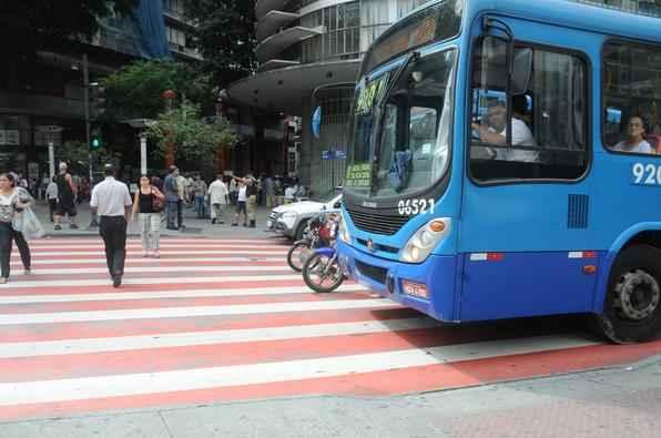 Veiculos estacionam na faixa de pedestres na avenida Amazonas, esquina com avenida Afonso Pena, praca Sete