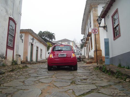 Visual neo retrô do Fiat 500 casou bem com o clima e a arquitetura de Tiradentes, na Região Central de Minas