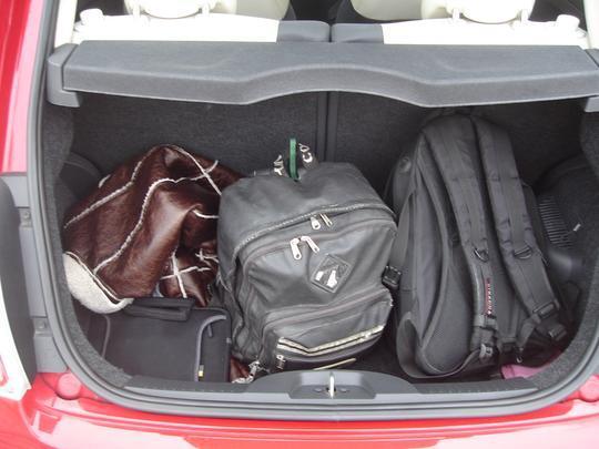 Mochilas e casacos ocuparam todo o porta-malas, que tem apenas 185 litros