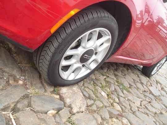 Entre-eixos mais curto ajuda na hora de vencer as lombadas na estrada e as pedras do calçamento histórico de Tiradentes