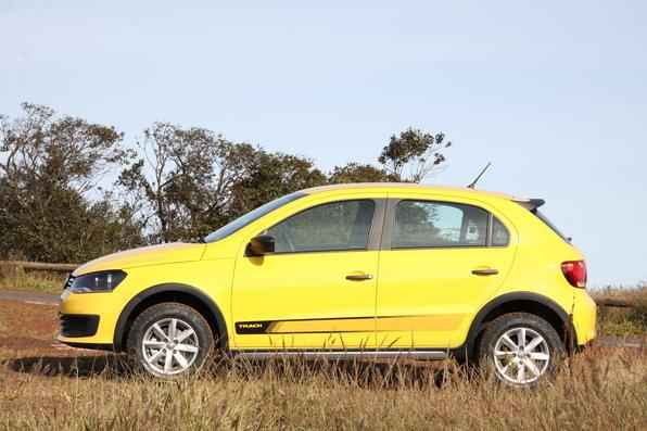 De olho no sucesso dos modelos com roupagem aventureira, a Volkswagen criou uma opção um pouco mais em conta, que vem com suspensão elevada, apliques e pneu de uso misto