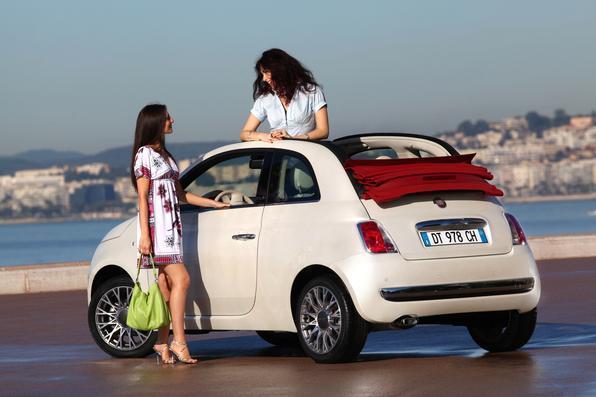 Capota retrátil do Fiat 500 confere charme especial ao modelo
