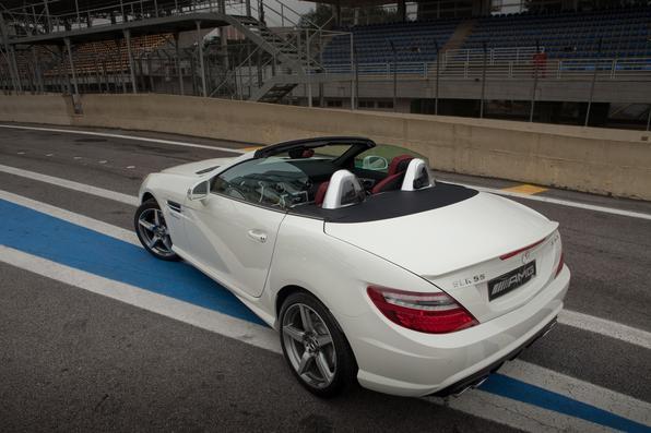 preparada pela AMG, esse conversível conta com um V6 turbo