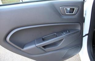 Montadora do oval azul continua trazendo do México sedã compacto que tem qualidade de acabamento superior em relação ao hatch, porém mantém o bom conjunto mecânico