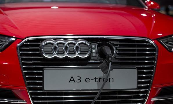 Audi A3 e-tron  é carregado durante o Salão de Frankfurt