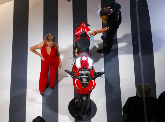 Modelos chamam atenção no Salão de Frankfurt 2013
