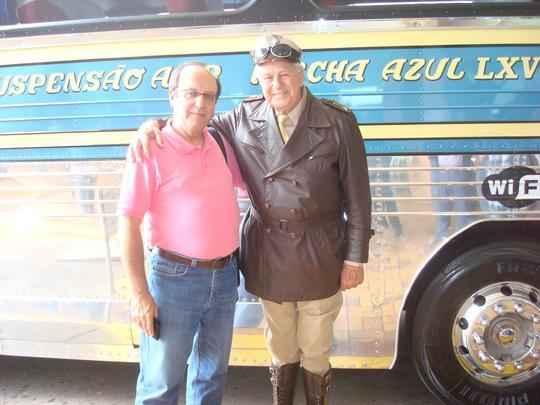 Francisco Carlos de Araújo ao lado do Vigilante Rodoviário, em viagem entre São Paulo e São José do Rio Preto