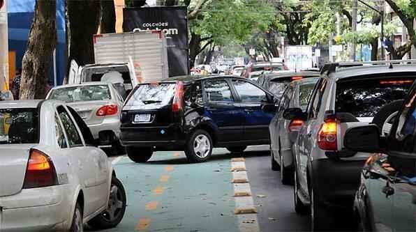 Carro invade ciclovia na Rua São Paulo por causa do espaço reduzido