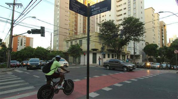 Ciclista tenta passar no cruzamento da Fernandes Tourinho com Bahia